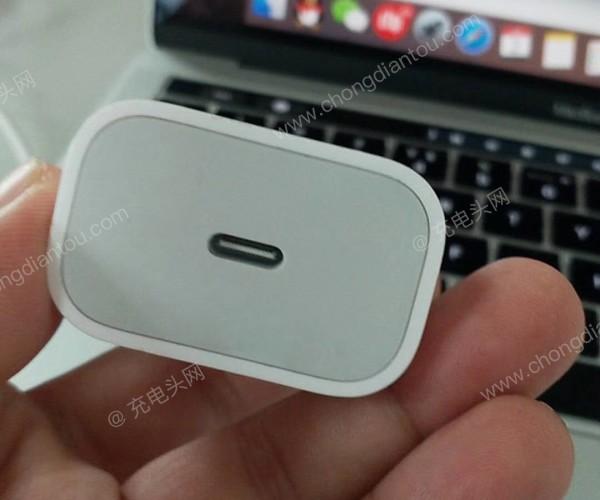 انتشار تصاویری از آداپتور 18W جدید آیفون با درگاه USB-C