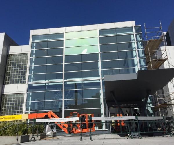 آغاز نصب بنرهای کنفرانس ۱۸ اسفند در سالن Yerba Buena Center