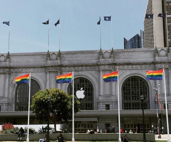آغاز نصب بنرهای اپل برروی سالن کنفرانس WWDC 2016