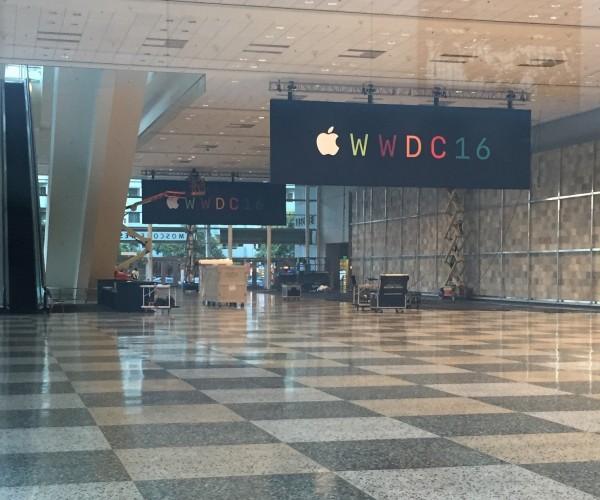 نصب بنرها در سالن WWDC 2016 به پایان رسید