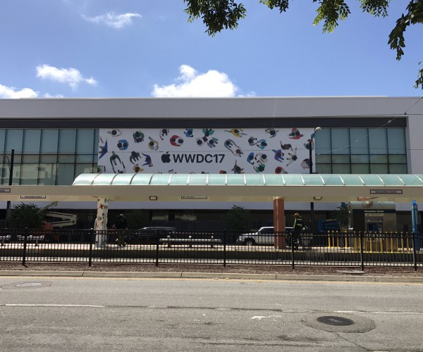 آغاز نصب بنرهای اپل برروی سالن کنفرانس WWDC 2017